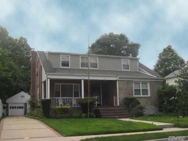 5 BR,  2.50 BTH  Exp cape style home in Uniondale